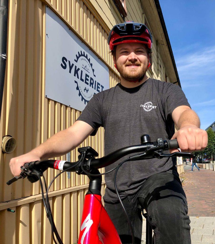 Man med rød el-sykkel