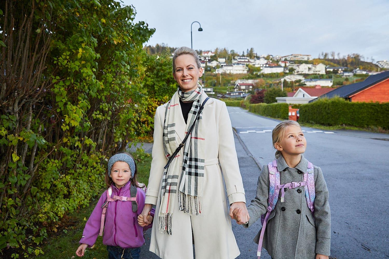 Mor og barn på fortau