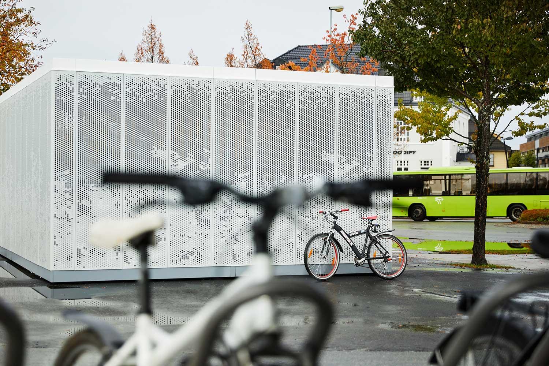 Sykkelhotell i hvit metall og mønster