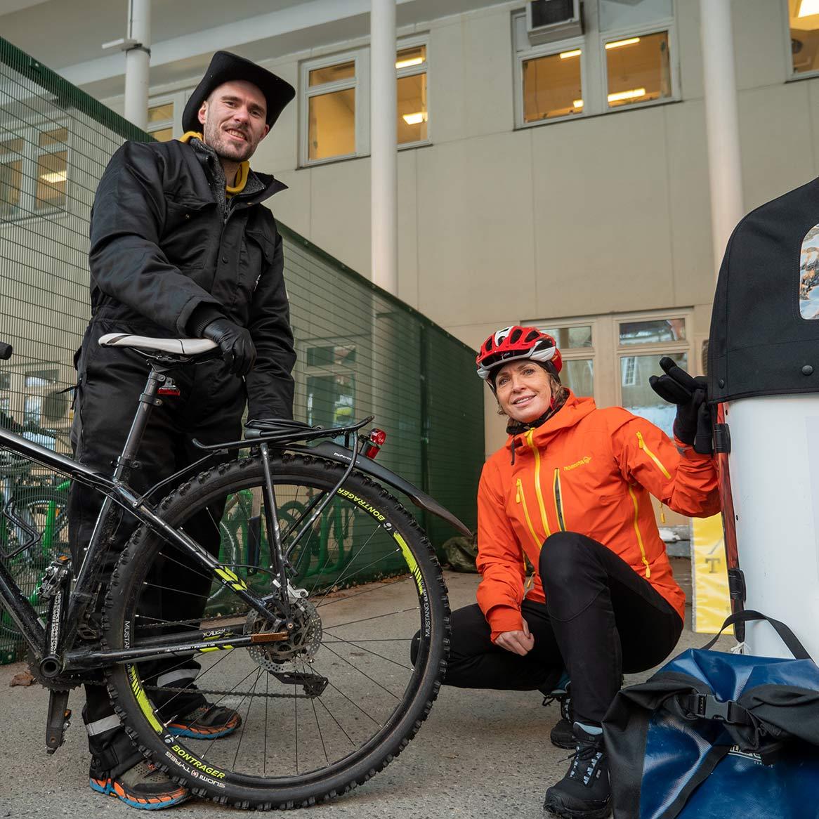 fikser sykkel utenfor sykehuset